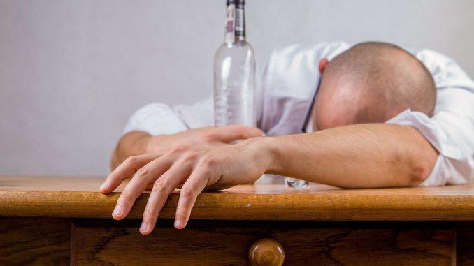 בחור נרדם לאחר שתיית בקבוק אלכוהול